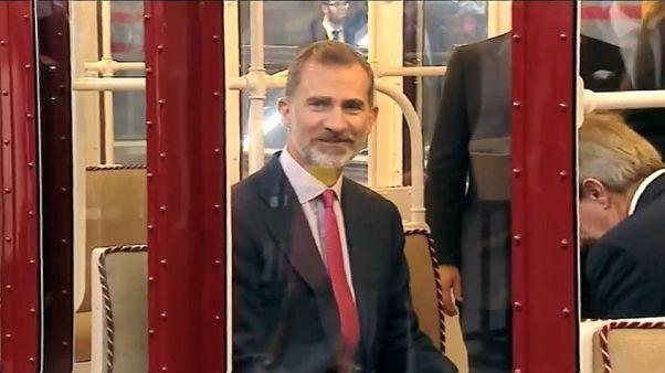 El rey Felipe VI en un tren antiguo del metro de Madrid.