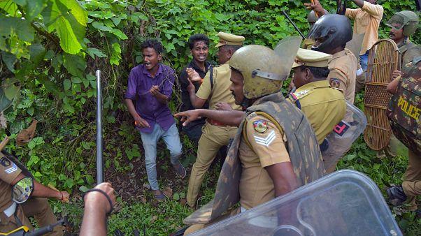 Yetişkin kadınları tapınakta istemeyen Hindularla polis arasında arbede
