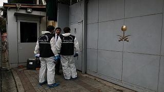 محققون جنائيون أتراك يغادرون مبنى القنصلية السعودية في اسطنبول