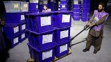 شهروندان افغانستان زیر سایه تهدیدهای امنیتی پای صندوقهای رای میروند