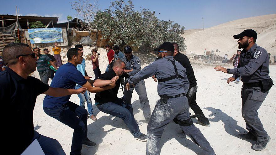 Israele abbatte un villaggio beduino: la protesta dei palestinesi