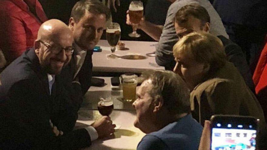AB liderleri Brexit toplantılarının yorgunluğunu bara giderek attı