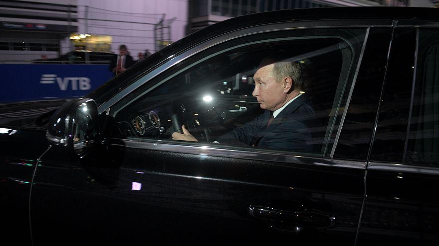 (VIDEO) Putin steuert selbst die neue Luxuslimousine auf der F1-Strecke
