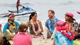 Гарри и Меган в компании серферов