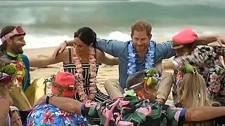 Fesztiválhangulatban vegyül az ausztrálokkal a sussexi hercegi pár
