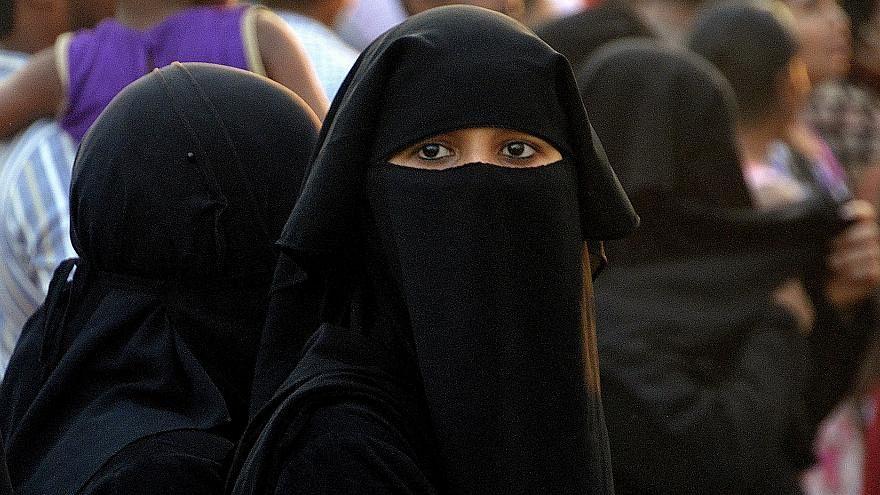 بعد حظره بالمؤسسات التعليمية.. الجزائر تمنع ارتداء النقاب بأماكن العمل