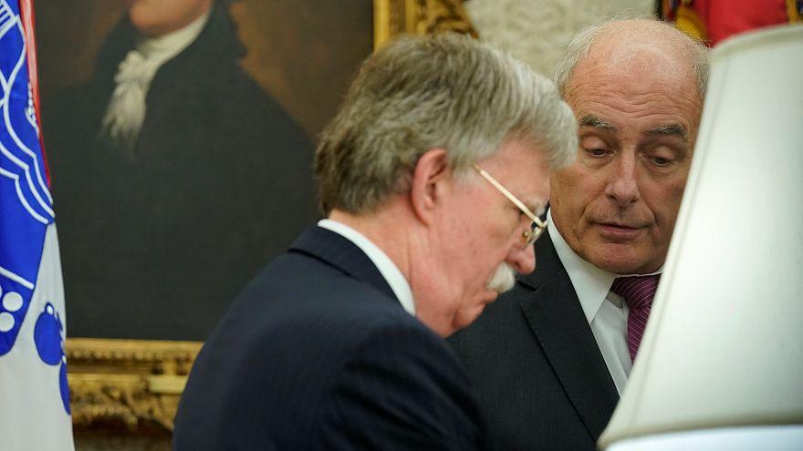كيلي (إلى اليمين) يتحدث إلى بولتون بالبيت الأبيض