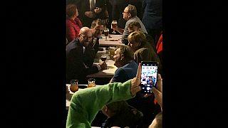 شاهد: بعد قمة البريكست ميركل وماكرون يحتسيان البيرة في حانة في بروكسل