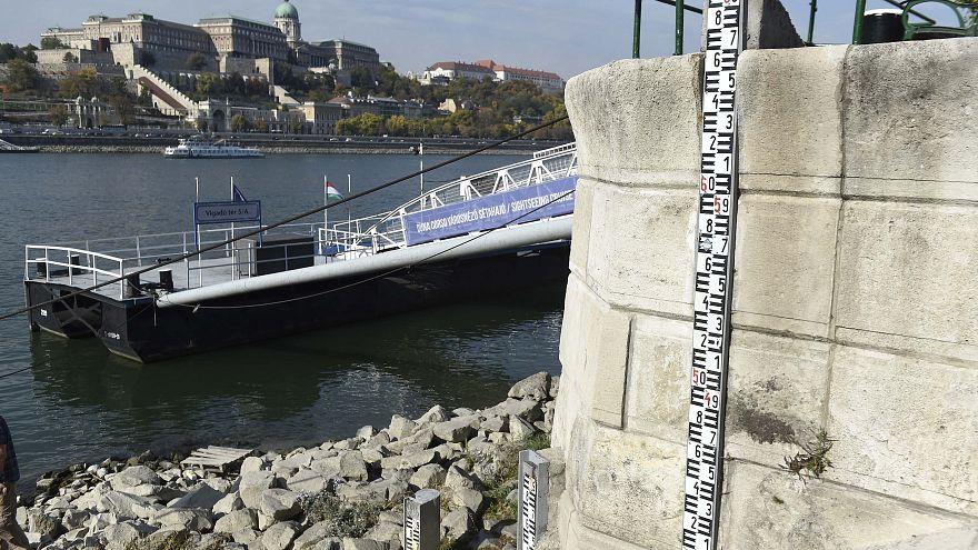 A Duna állását jelző vízmérő a Vigadó térnél 2018. október 16-án