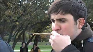"""شاهد: الكنديون يدخنون """"الماريجوانا"""" في الشوارع والمعروض لا يسد الطلب!"""