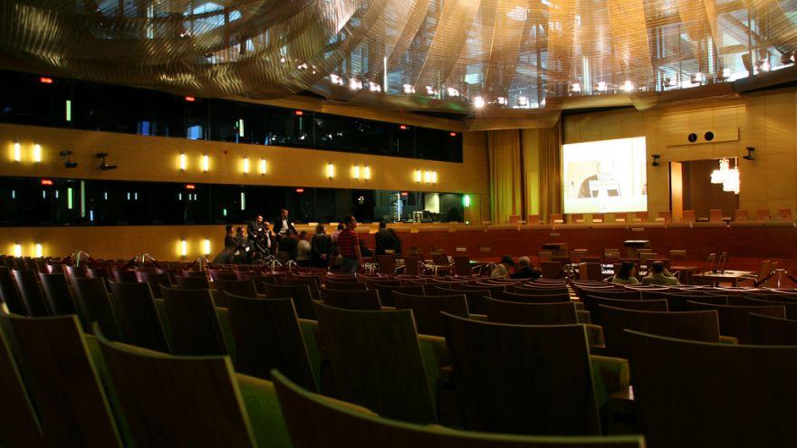Avrupa Adalet Divanı: Leh yargıçlar ile ilgili emeklilik düzenlemesi askıya alınmalı