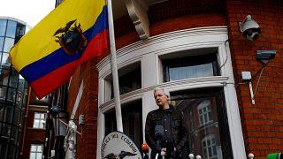 Julian Assange Londra'daki Ekvador Büyükelçiliği balkonunda