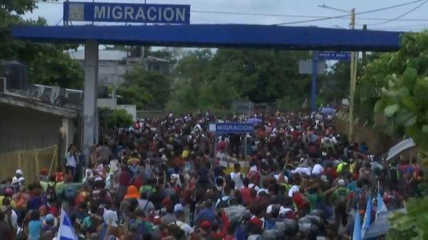 شاهد: حشود من المهاجرين يقتحمون السياج الحدودي بين المكسيك وغواتيمالا