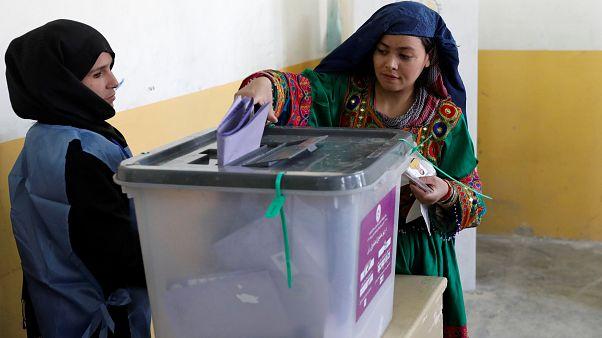 Afganistan'da seçimler 'teknik sorunlar' nedeniyle pazar gününe sarktı