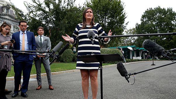 المتحدثة باسم البيت الأبيض سارة ساندرز أثناء حديثها للصحفيين