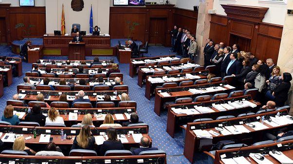 Makedonya parlamentosu isim değişikliği önerisini kabul etti