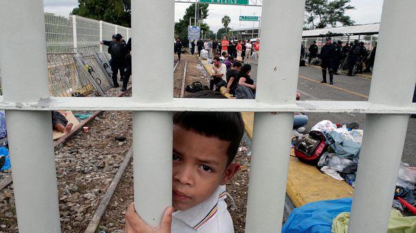 Orta Amerikalı binlerce göçmen Meksika Guatemala sınırında sıkıştı