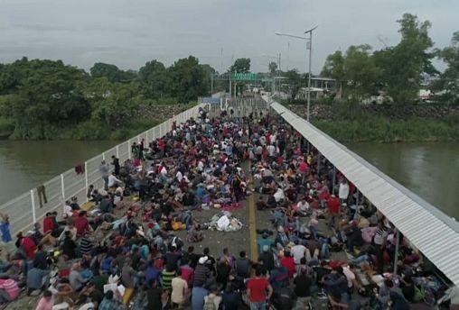 México frena la caravana de inmigrantes