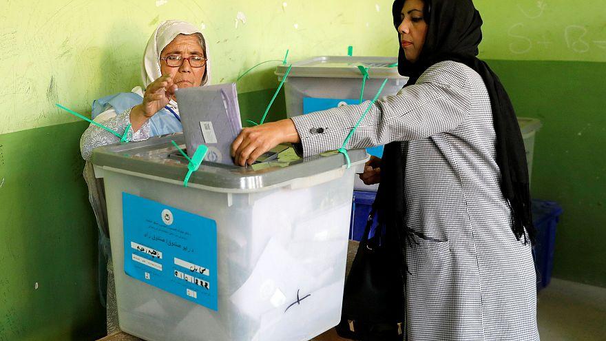 Szavazatszámlálás egy véres választás után Afganisztánban