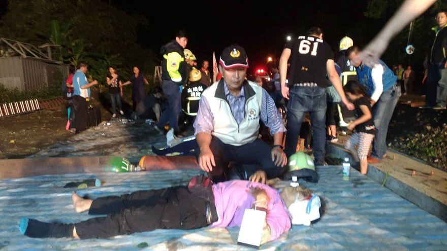 Al menos 17 muertos al descarrilar un tren en Taiwán