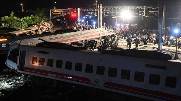 قطار ينحرف عن السكة في تايوان يخلف 22 قتيلا على الأقل