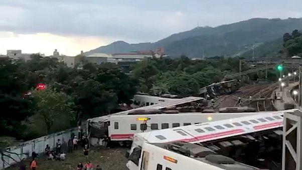 il treno deragliato nella contea di Yilan, Taiwan
