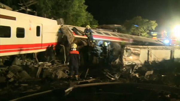 Tαϊβάν: Τουλάχιστον 22 νεκροί, 171 τραυματίες από τον εκτροχιασμό τρένου