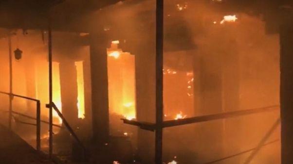 Μεγάλη φωτιά σε εργοστάσιο - Ένας πυροσβέστης νεκρός