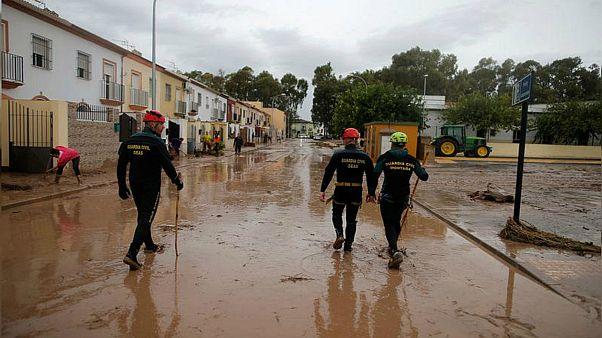 مقتل رجل إطفاء جرفته السيول في جنوب إسبانيا