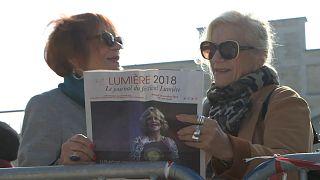 Zwei Frauen sehen sich das Lumière-Festivalprogramm an