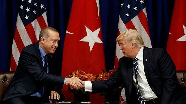 مصافحة بين الرئيس الأمريكي دونالد ترامب ونظيره التركي رجب طيب أردوغان