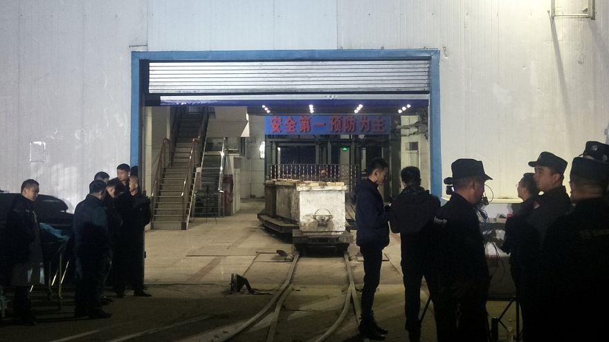 Cina: tre morti e 18 intrappolati in una miniera di carbone