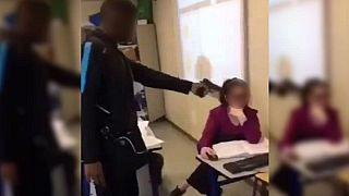 Capture d'écran de la vidéo où l'on voit l'adolescent braquer l'enseignante