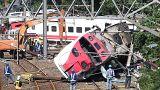 Egymást húzták ki az utasok a felborult vonatból