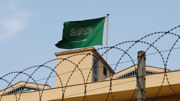La bandera saudí ondea sobre el consulado de Arabia Saudí en Estambul