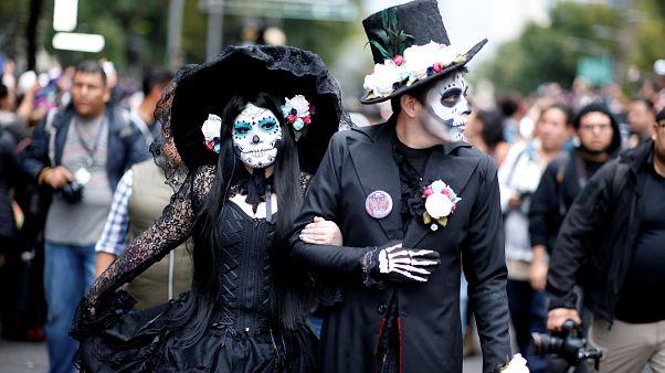 """شاهد: آلاف المكسيكيين يتنكرون بزي شخصية """"الجمجمة الأنيقة"""""""