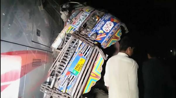 Pakistan: scontro tra due bus, almeno 19 morti