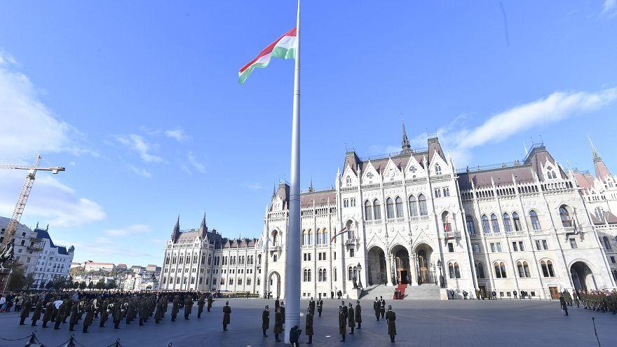 Felvonták a nemzeti lobogót a Parlament előtt