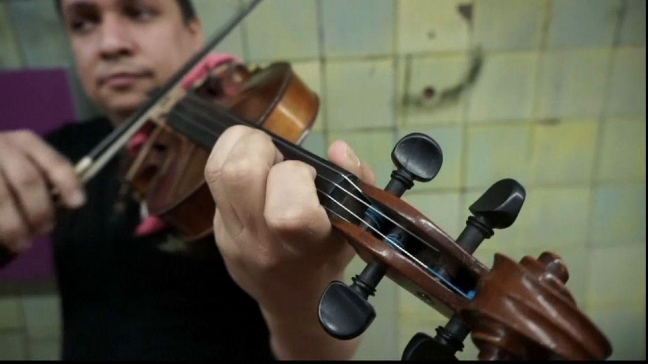 Do metro para a orquestra - Migrantes venezuelanos sobem a palco argentino