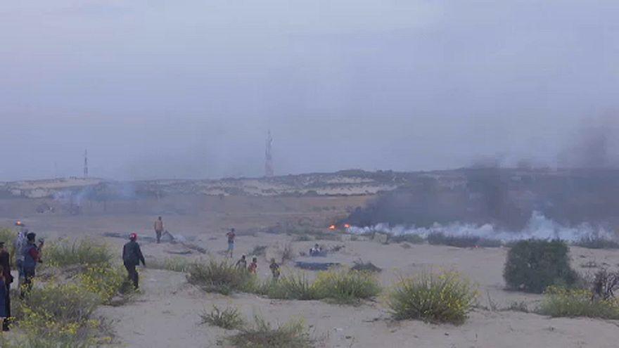 El ejército israelí lanza gases lacrimógenos contra los manifestantes en Gaza