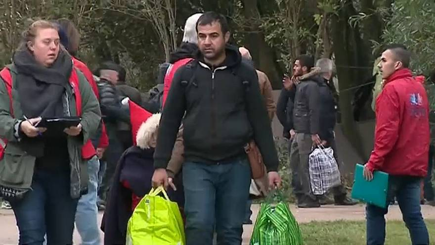 На севере Франции эвакуируют беженцев