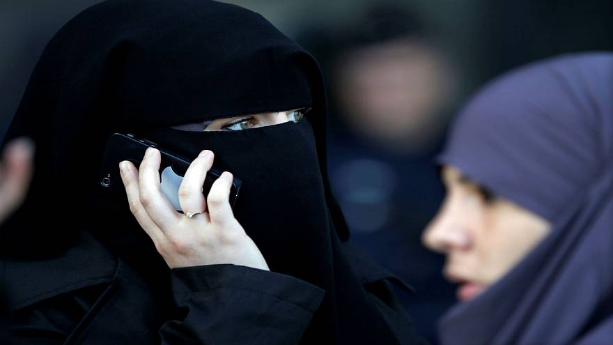 سيدة ترتدي النقاب في شوارع باريس