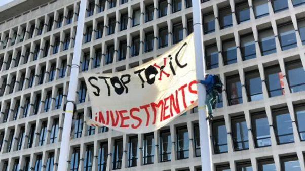 """Proteste gegen """"giftige Investitionen"""" vor ING-Sitz"""