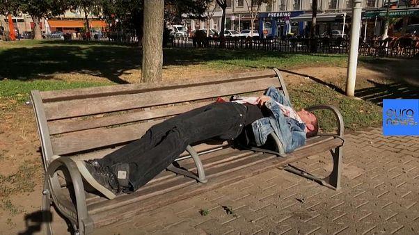 """Este hombre fue a juicio por quitar apoyabrazos """"anti personas sin hogar"""""""