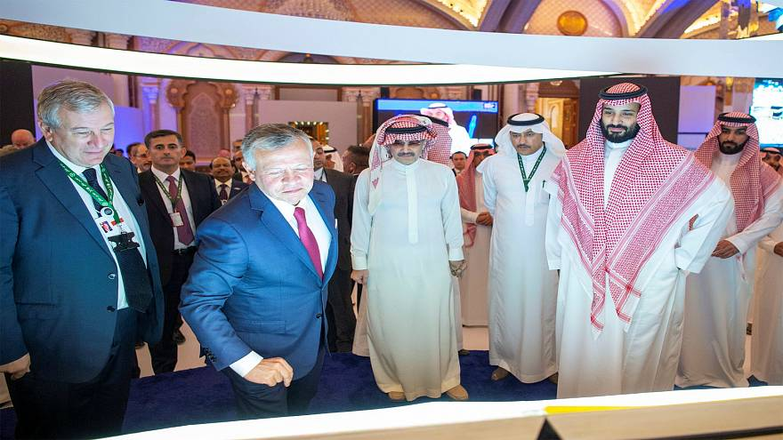 العاهل الأردني يحضر إحدى جلسات مؤتمر الاستثمار مع ولي العهد السعودي