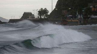 Willa Kasırgası Meksika sahillerine ulaştı: Elektirikler kesildi çatılar uçtu