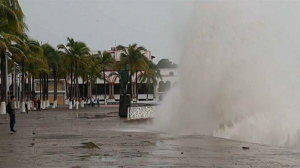 Ο τυφώνας Ουίλα πλήττει τις δυτικές ακτές