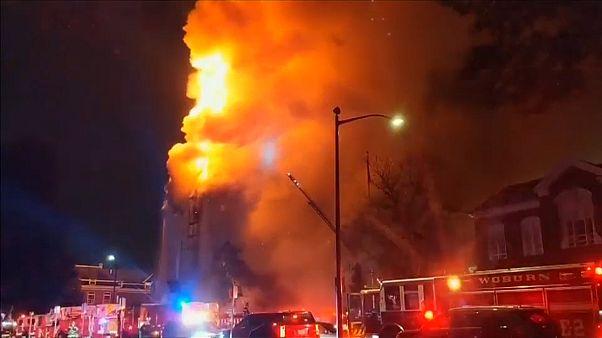 شاهد: الكنيسة المعمدانية في ويكفيلد تحترق