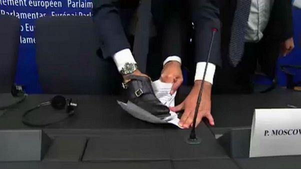 Haushaltsstreit: Italienischer MEP protestiert mit seinem Schuh