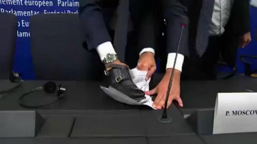 [Vídeo] Un eurodiputado italiano estampa su zapato en el rechazo de la UE al presupuesto